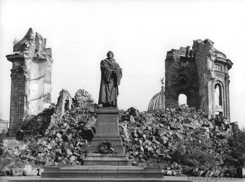 Frauenkirche'nin yıkıntılarına 50 yıl boyunca savaş anısı olarak dokunulmamış